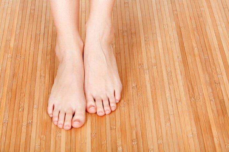 רגליים יחפות על רצפה