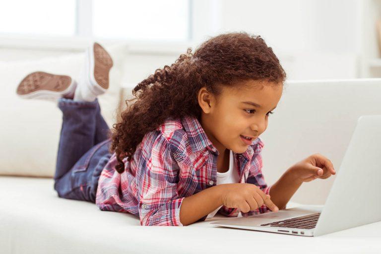 ילדה עובדת במחשב
